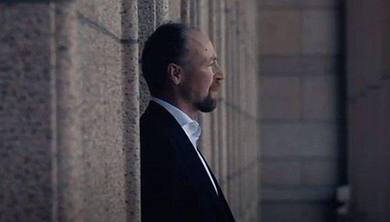 Jussi Halla-aho esiintyy perussuomalaisten mainosvideolla, jonka avulla pyritään rekrytoimaan ehdokkaita kuntavaaleihin. Kuvakaappaus videolta.