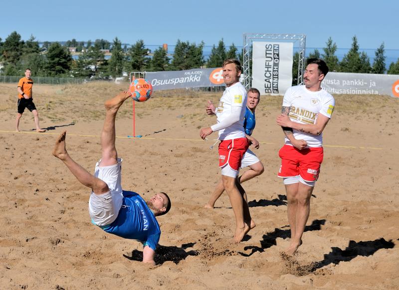 Sinipaitainen FC Baggio ja valkopaitainen GFT Beach kohtasivat loppuottelussa, jonka GFT voitti Panu Aution (kesk.) johdolla.