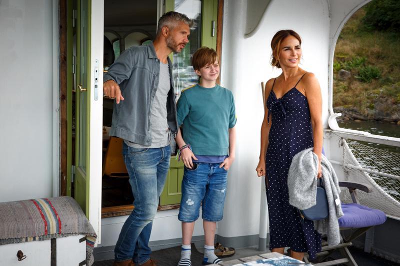 Syyttäjä Nora (Alexandra Rapaport) näyttää Sandhamnia norjalaispoliisille (Nicolai Cleve Broch) ja tämän pojalle (Kassel Ulvin).