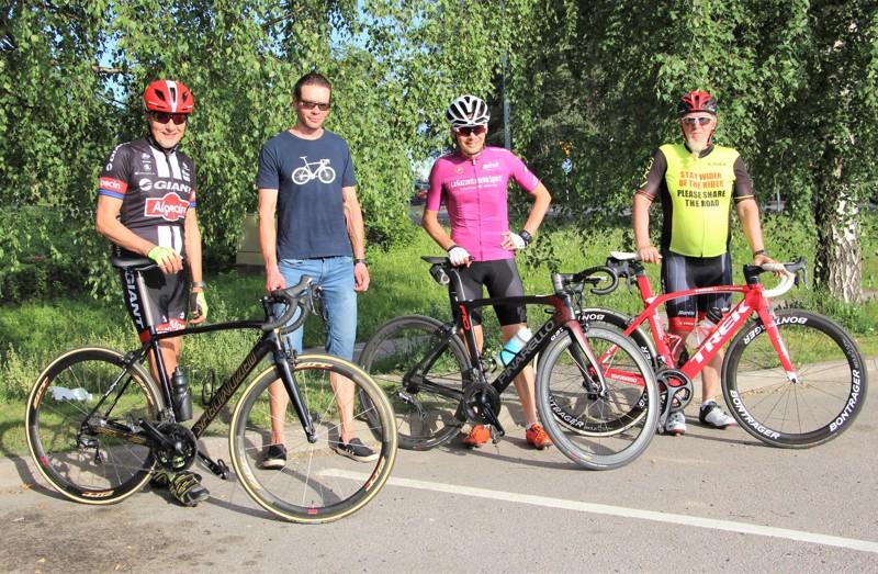 Pyöräilyjoukkueen muodostavat Risto Hautakangas (vas.), Timo Ruostetsaari, Pasi Ahola, Jouko Pikkarainen ja mikkeliläinen Mikko Tuoriniemi (Tuoriniemi puuttuu kuvasta) keräävät kilometrikisaan kilometrejä yhteistuumin.