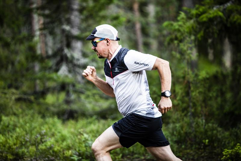 Markku Moilanen juoksee intervalleja kerran, pari viikossa. Rovaniemeläinen Moilanen harjoittelee pitkiä polkujuoksuja varten. Tehoharjoitukset auttavat häntä juoksemaan pitkät matkat nopeammin.