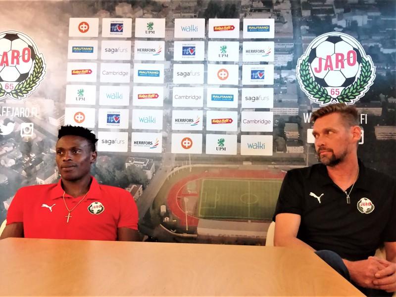 Stanley Amuzie ja Niklas Käcko olivat luottavaisin mielin Jaron VPS-ottelun ennakkolehdistötilaisuudessa.