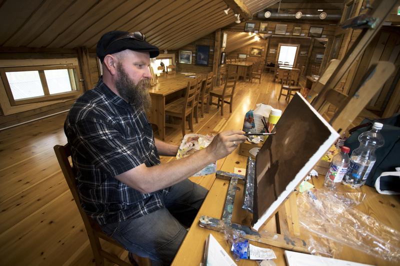Jere Honkanen haluaa näyttää kuinka taidetta syntyy. Hän saapuu vielä taidenäyttelynsä viimeisinä päivinä Tapion Tuvalle pensseleiden kanssa.