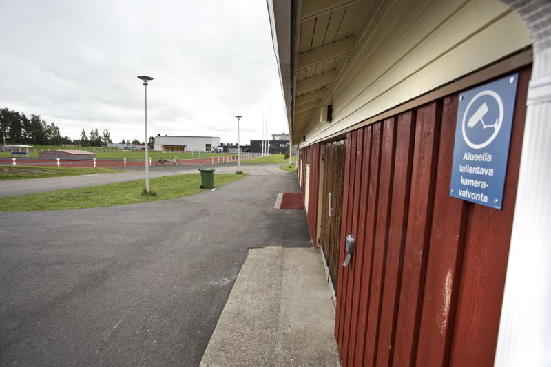 Merenojan liikuntakeskuksen alueella on tehty ilkivaltaa viime syksystä lähtien. Kuluvan kesän aikana on esimerkiksi hajotettu huoltorakennuksen ikkunoita. Nyt valvontaa on tehostettu.