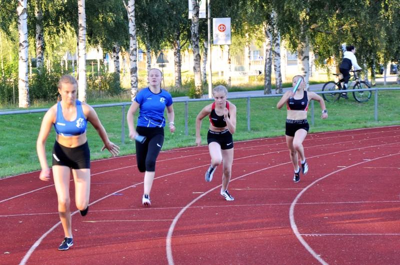 15-vuotiaiden tyttöjen 4x100 metrin viestin ensimmäisessä vaihdossa kolmosrataa juokseva VetU:n Rebekka Pöyhönen antaa kapulan Sara Patanalle. Neljännellä radalla KP-V:n Saana Koskimäki antaa kapulan Milla Utriaiselle.