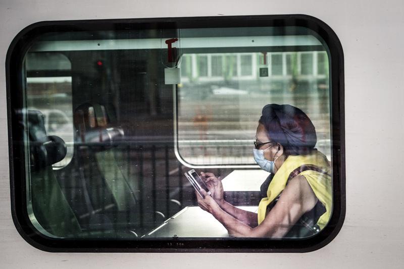 Vielä tällä hetkellä harva matkustaja käyttää junassa maskia. Pian tilanne voi olla toinen.