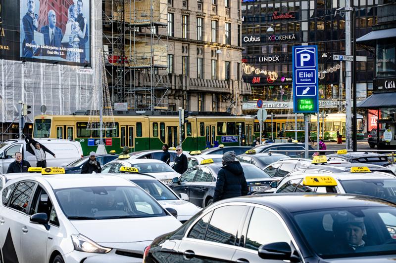 Taksiyrittäjät ovat tehostaneet autojen desinfiointia ja osa on ottanut käyttöön suojakalvoja- ja levyjä etu- ja takapenkkien väliin.