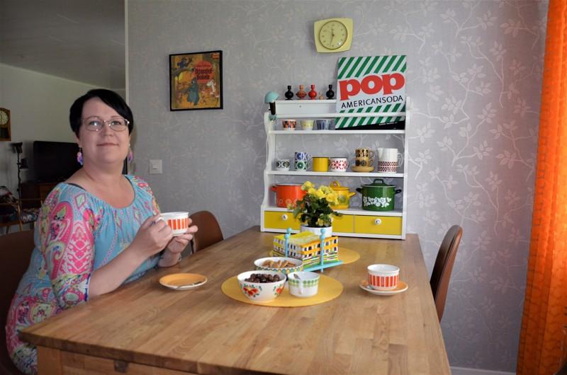 Keittiön pöydän päähän Janna Tarujärvi halusi hyllyn, jossa on kauniita kattiloita ja kuppeja.