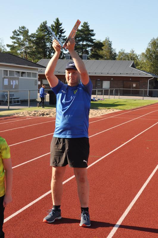 Daniel Store lähettää nuoria juoksijoita matkaan Kirkonmäen kentällä.