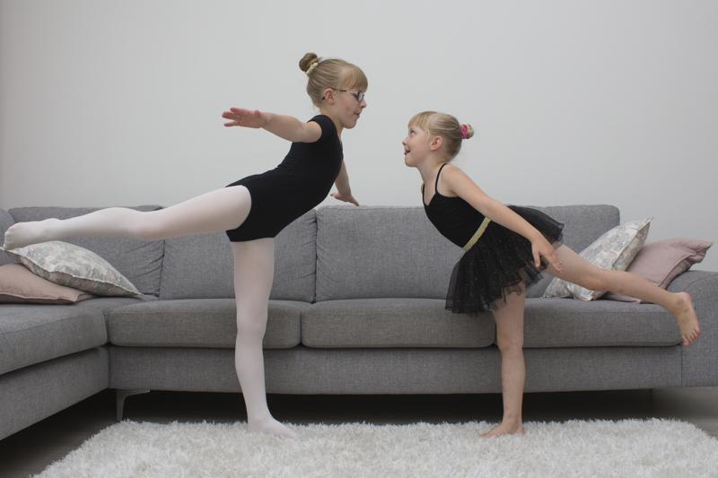Minea ja Julia Lassila toivovat kovasti pääsevänsä Kalajoen kansalaisopiston balettikurssille.
