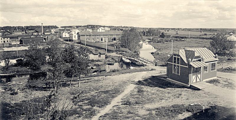 Panoramakuva on otettu Seurahuoneen ikkunasta Torikadulle päin 1900-luvun alussa. Valokuvaaja on tuntemattomaksi jäänyt saksalainen postikorttikuvaaja.