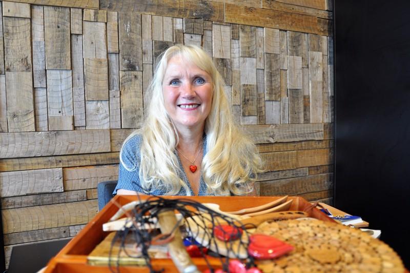 Puu on Eivor Cygnelille mieluinen materiaali. Myydessään puutuotteita hän toivoo voivansa edistää käsityötaidon säilymistä.