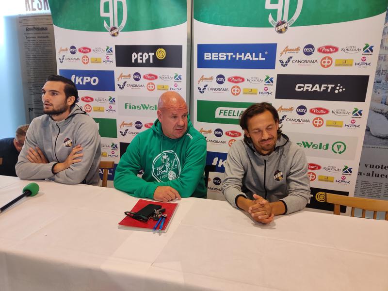 Pelaajat Harid Chantzopoulos js Sebastian Mannström pelkkänä korvana, kun uusi valmentaja Miika J Juntunen puhuu antaumuksella.