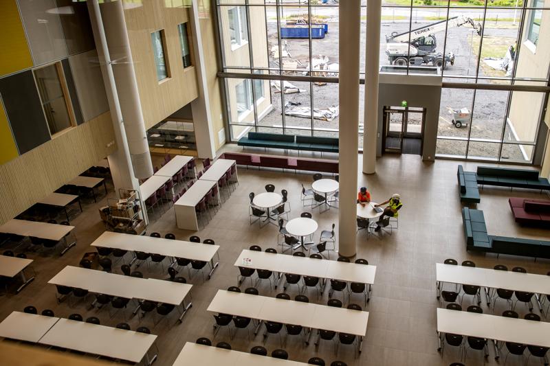 Ruokailu tapahtuu avarassa aulassa, jossa tullaan järjestämään myös muun muassa ylioppilasjuhlia. Täällä on käytetty paljon puuta.