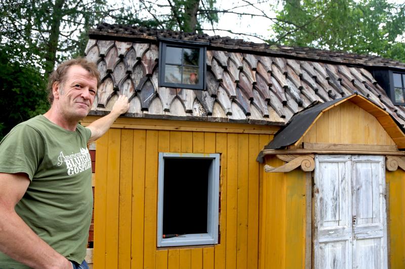 Sixten Ahlsvedin rakentaman pienoiskaupungin uusin talo on raatihuone. Kattoon on kierrätetty Kaustisen kirkon vanhoja paanuja ja katolle on tulossa vielä kello.