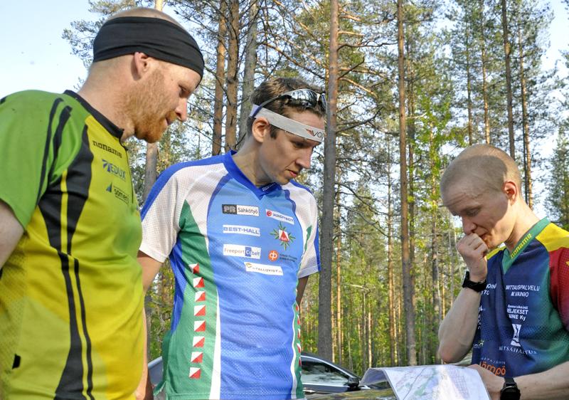 RasTiimin Risto Uusivirta (oikealla) oli tiistaina A-radan nopein. Viime vuoden iltarastiviestissä Uusivirta (oikealla) kertasi kisan vaiheita Erkki Vähäsöyringin ja Teppo Isokosken kanssa.