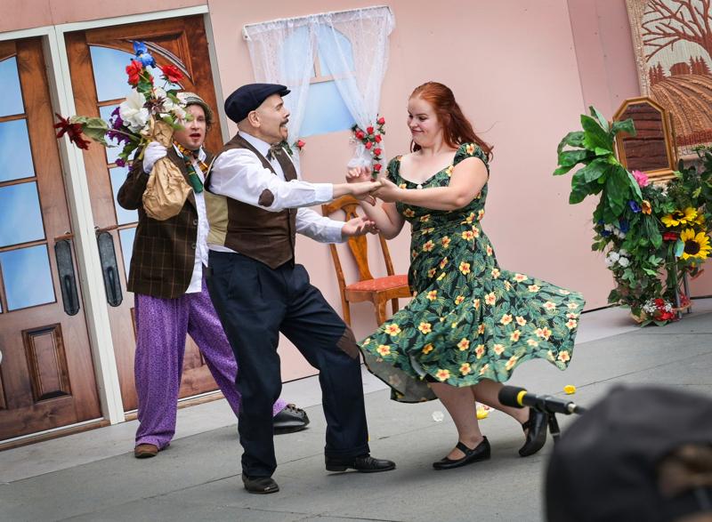 Tämänvuotisesta Hotelli Humina -näytelmästä ei siitäkään puuttunut kliseistä rakkausdraamaa. Rakastuneiden Akselin (Juha Sorvisto) ja Mirjamin (Annukka Oja) juonia ei kuitenkaan voinut arvata etukäteen, ei edes kilpakosija Feliks (Teijo Jussila).