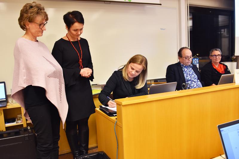Pauliina Valkovirta (kuvassa toisena vasemmalta) valittiin Haapaveden kaupunginvaltuustoon ja -hallitukseen vuonna 2017.