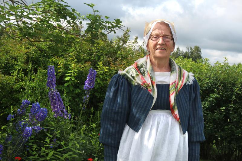 Kaija Kivimaa on ommellut elämänsä aikana satoja kansallispukuja ja ollut suunnittelemassa muun muassa yllään olevaa Kalajokilaakson naisten pukua.