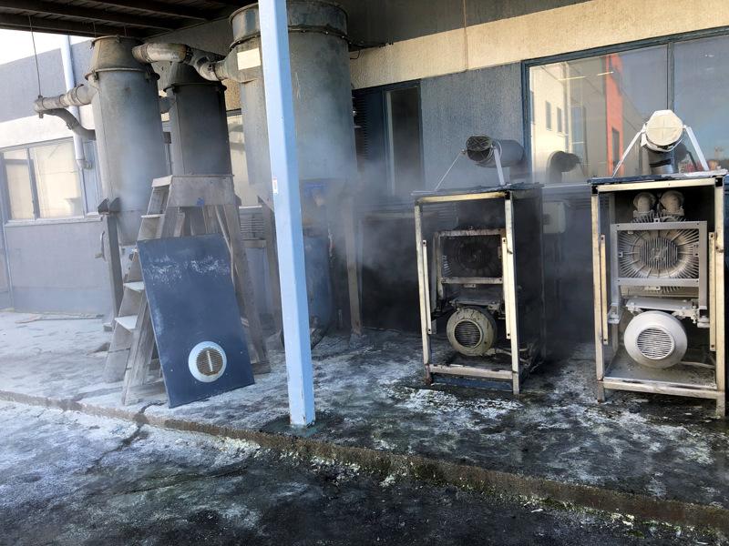 Rakennuksen ulkopuolella sijaitsevassa pölyimurin moottorissa syttyi tulipalo.