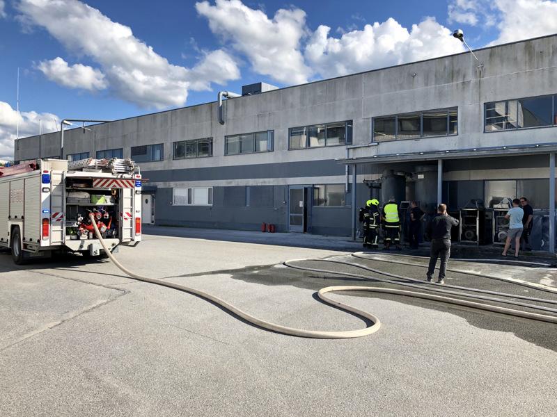 Tehtaan henkilökunta sammutti palon jauhesammuttimella jo ennen kuin pelastuslaitoksen yksiköt ennättivät paikalle.