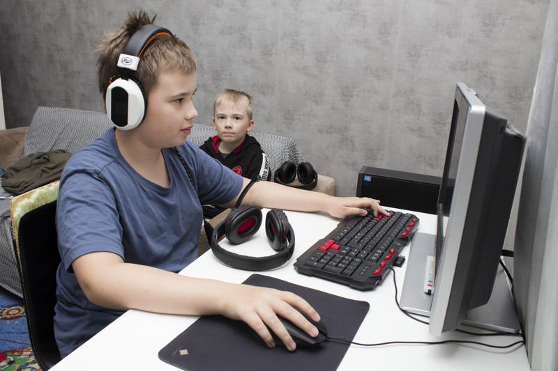 """Keimo, 12, ja pikkuveli Teo, 10, viettävät aikaa """"peliluolassa"""". Keimo pelaa yleensä tietokoneella ja Teo pleikkarilla."""