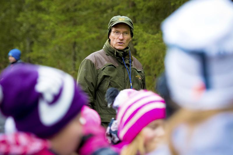 Karvoskylän koulun rehtori Jyrki Määttä aloitti työt jo viime viikolla, vaikka koulut avautuvat vasta ensi torstaina. Koronakevään jäljiltä työtä riittää.
