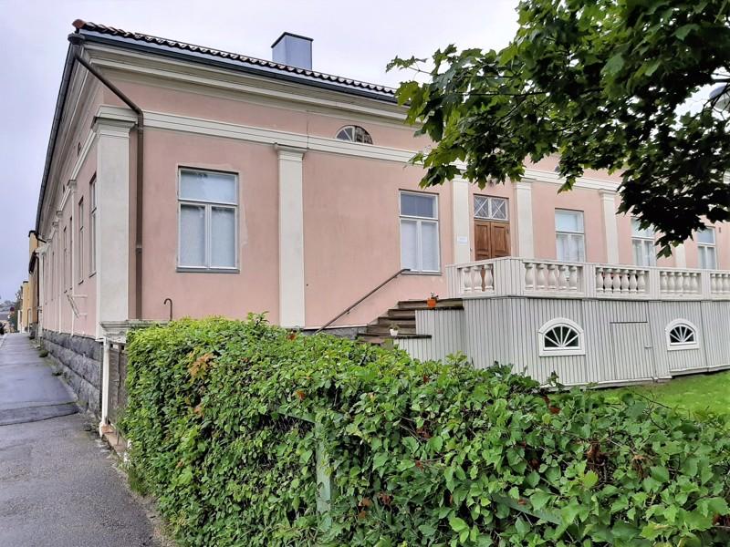 Suomenkielinen työväenopisto on pian 40 vuotta toiminut Thodénin talossa, joka ei ole enää ajan vaatimuksia vastaavassa  kunnossa.