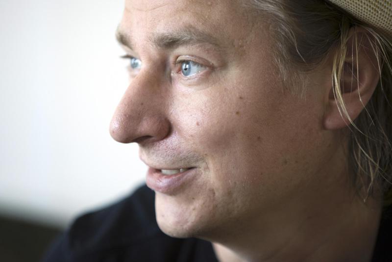 Ilkka Tiainen tunnetaan paremmin nimellä Ike Novikoff. Hän kuvailee itseään kaikesta kiinnostuneeksi renessanssimieheksi.