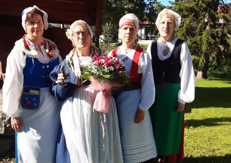 Vuoden kalajokinen Kaija Kivimaa vastaanotti tunnustuksen Kalajokilaakson puvussa ja hän on tehnyt myös tyttärilleen puvut. Hillevi Suomisella on Munsalan puku, Helinä Niskalalla Pyhäjärven puku ja Hannele Turvasella on Etelä-Pohjanmaan puku.
