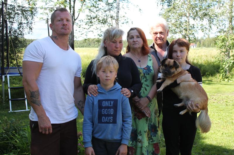Vasemmalta Jani, Dani, Jenny, Irma,Tapio ja Aida Kumpulainen, sylissään Nata.