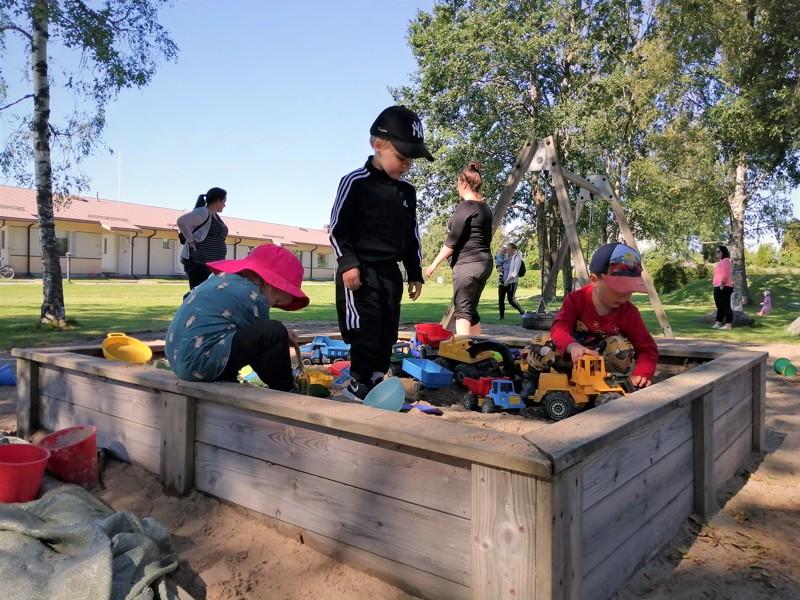 Sääkin suosi, kun puistotreffit tekivät paluun. Perhekahvila sijaitsee taustalla näkyvässä rivitalossa.