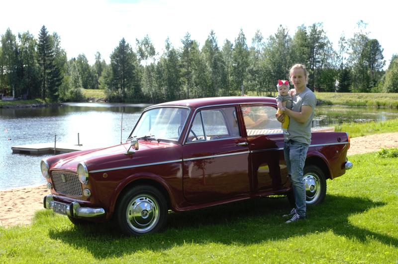 Adessakin on päässyt isänsä Alex Junnikkalan Fiatin kyytiin - tosin vain kotipihassa, sillä Fiatissa ei ole turvavöitä.
