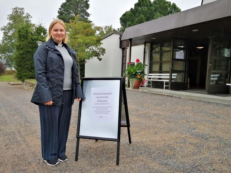 Johanneksen kappeli on nähnyt monet hautajaiset, mutta Jenny Kärki oli torstaina ensi kertaa paikalla hautausmaapapin roolissa.