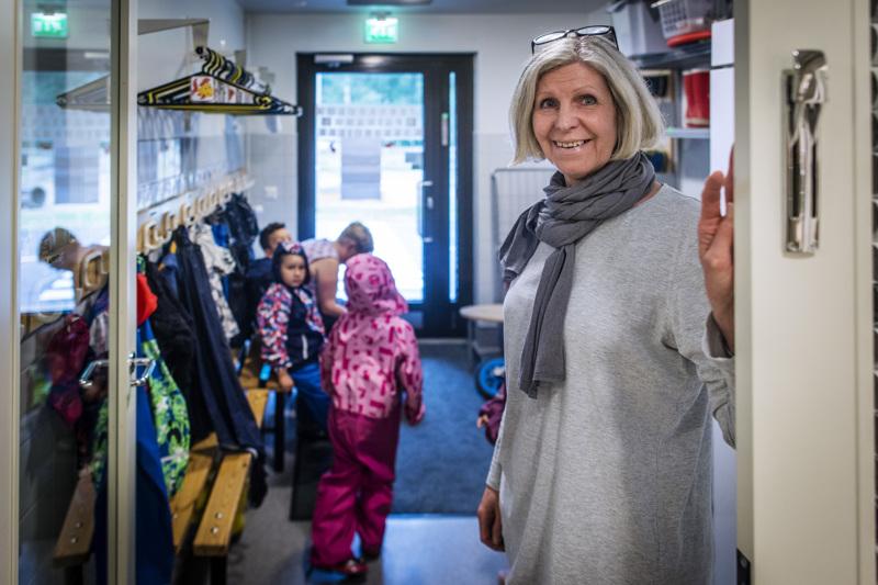 Leila Vihtolan johtamassa Kytömäen päiväkodissa Pietarsaaressa lapset otetaan vastaan ovella.