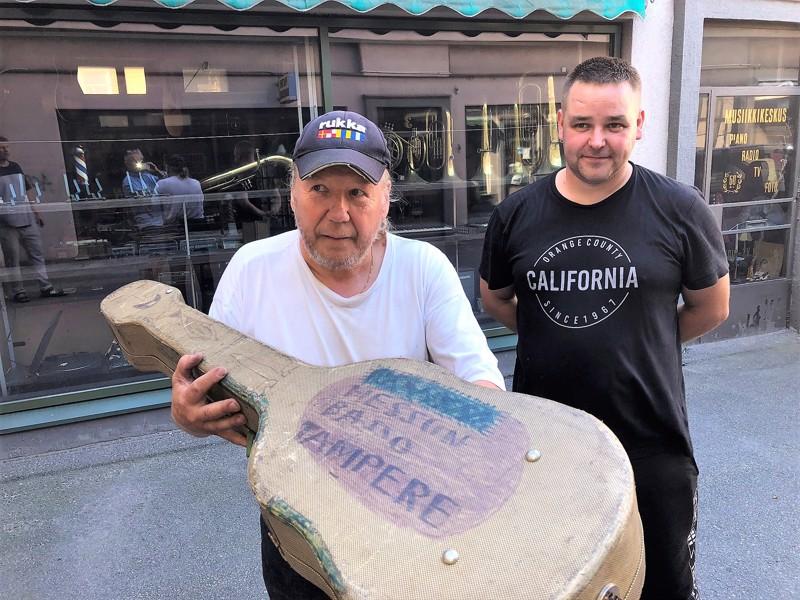 Musikcentralenin jäämistön ostajat Marko Välisaari ja Arto Junttila ovat jo tehneet löytöjä musiikkiliikkeen varastossa. Tämä kitarakotelo on saattanut kuulua Heikki Silvennoiselle.