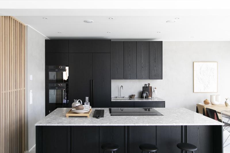 Musta ja muut tummat sävyt hallitsevat asuntomessujen keittiöiden värimaailmaa.