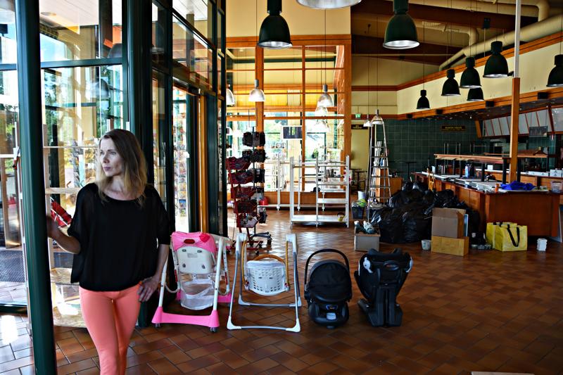 Christina Peltomaalla on kädet täynnä töitä. Ennen maanantain avajaisia pitäisi vielä monen tavaran löytää oma paikkansa. Takana näkyvälle kassalinjastolle avataan luonnollisesti kahvila.