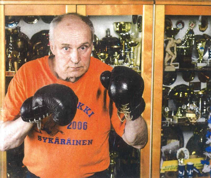 Asko Häkkilä nyrkkeilee edelleen kotonaan säkkiä vastaan.