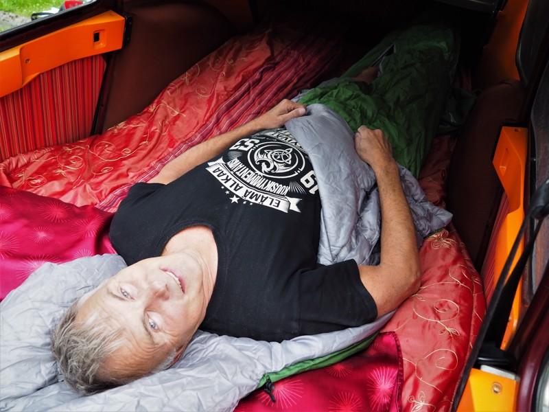 Antero Miikkulainen ei matkoillaan hotellihuoneita kaipaa. Rättärissä on hyvä nukkua pehmeillä patjoilla ja omassa makuupussissa.
