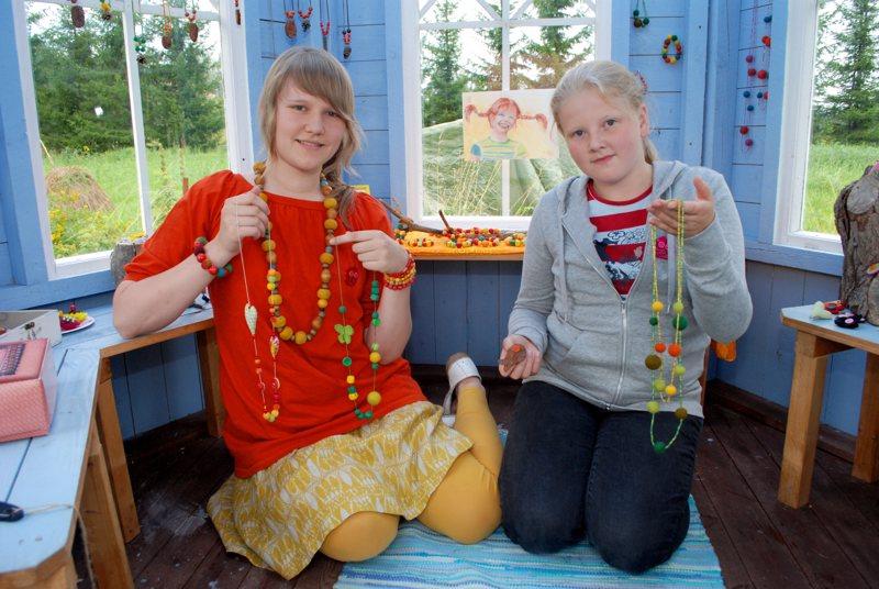 Laura Taskila ja Miira Hietala olivat jalostaneet käsityöharrastuksensa omaksi yritykseksi. Itse tehtyjä koruja ja koristeita oli kaupan Vattukylällä, Lauran kotipihan huvimajaan perustetussa myymälässä.