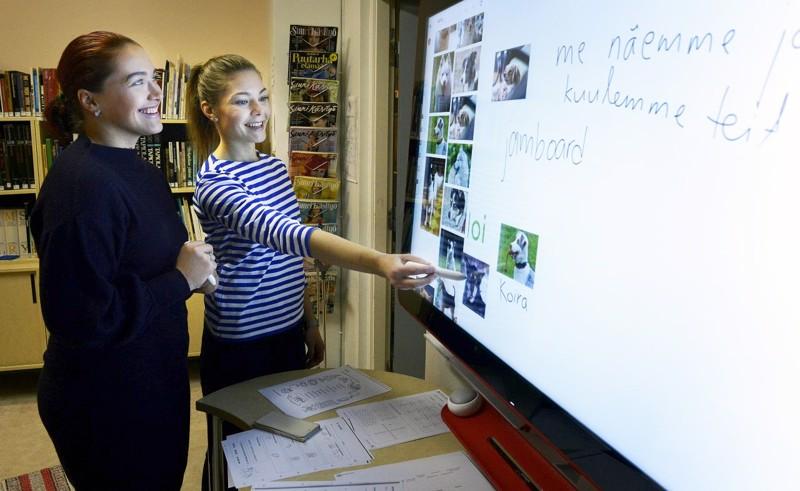 Kouluohjaaja Piia Nätti (vas.) ja opettaja Tiina Kuusiluoma esittelivät Jamboardin käyttöä Lapinjärven Porlammin kyläkoulun sivutoimipisteessä Kannuksen Eskolassa vuoden 2018 joulukuussa.