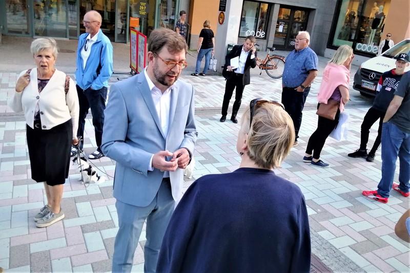Liikenne- ja viestintäministeri Timo Harakka tapasi kansalaisia ja oman puolueensa paikallisaktiiveja kävelykadulla.