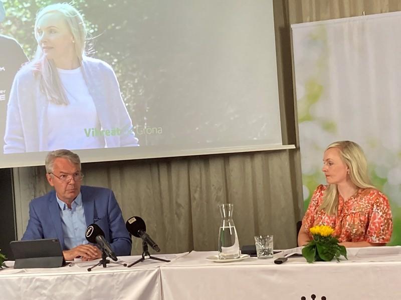 Vihreiden hallitusryhmä hioi budjettiriihitavoitteita Lahdessa maanantaina. Kuvassa ulkoministeri Pekka Haavisto ja sisäministeri Maria Ohisalo tiedotustilaisuudessa.