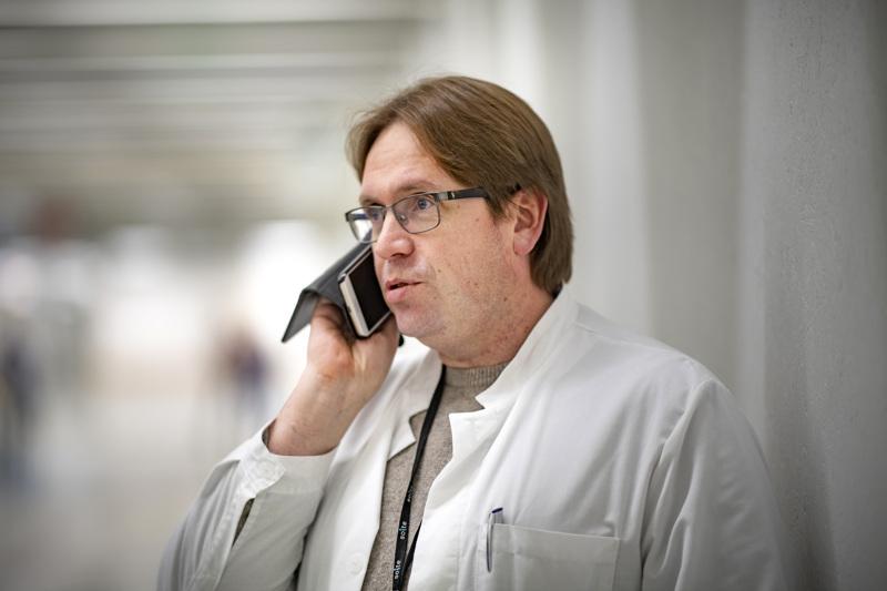 Kaikki, jotka käyvät testeissä, saavat lyhyen kirjallisen ohjeen, jossa on selvitettynä kaikki perusasiat koronaan liittyen, kertoo Infektioiden torjuntayksikön ylilääkäri Marko Rahkonen.