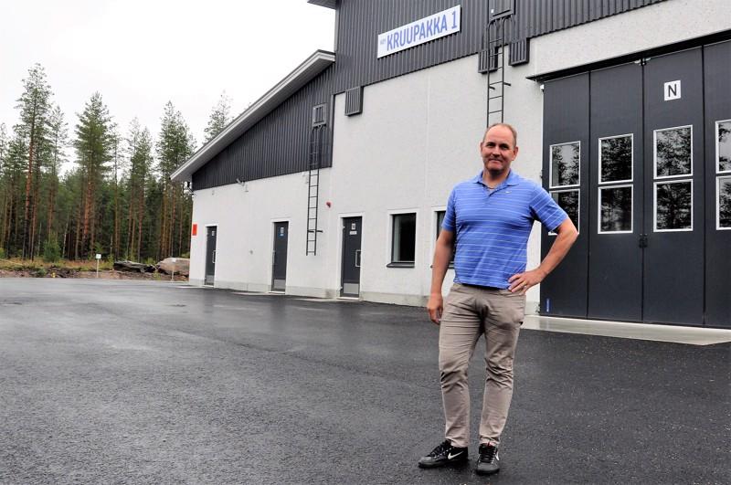 Kaustisen Kehitys Oy:n toimitusjohtajana kesäkuun alussa aloittanut Olli Ali-Haapala Kruupakka 1 -hallin edustalla.