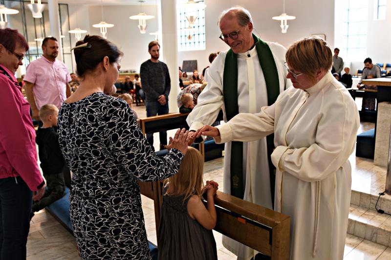 Kirkkoherra Mauno Soronen ja lastenohjaaja Kristiina Ryyti antoivat opin polkunsa aloittaville ekaluokkalaisille perinteisen siunauksen kirkossa.