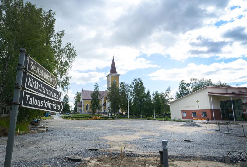 Nivalan kirkossa on juhlittu tänä kesänä ainoastaan yhdet häät. Kirkkoremontti sekä korona ovat pitäneet kirkkoherranviraston vihkimiskalenterin tyhjänä.