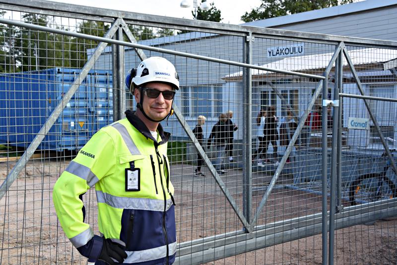 Skanska Talonrakennuksen vastaava työnjohtaja Jyrki Somero valvoo, että lapset ja henkilökunta eivät vahingossakaan eksy työmaaporttien väärälle puolelle.