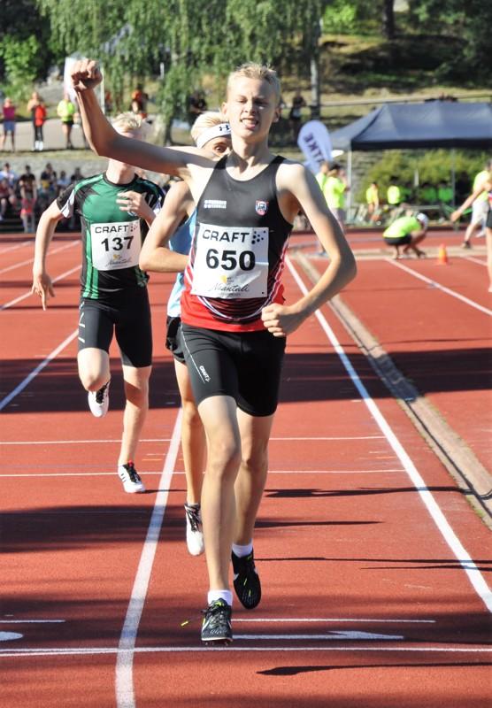 Vetelin Urheilijoiden Kasper Björkbacka tuuletti 800 metrin hopeaansa.